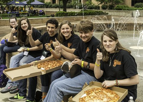 Students enjoying pizza on WSU campus.